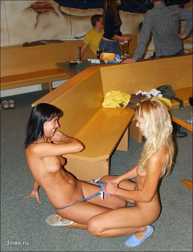skini-trahayut-devushki-igrayut-na-razdevanie-do-gola-video-popku-foto-seks